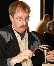 Rdy van Duijnhoven bindet Hechtstreamer und zeigt in einer Wurfdemo die Praxis des Fliegenfischens auf Hecht