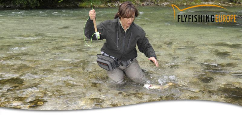 Mirjana Pavlic von Flyfishing Europe beim Äschenfischen in Slowenien.